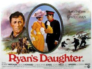 La fille de Ryan Pendant la Première Guerre mondiale, dans un village de la côte irlandaise, Rosy, fille de l'aubergiste, s'ennuie ferme. Elle épouse Charles, un instituteur plus âgé qu'elle. Bon et cultivé, il n'apporte guère de passion à sa jeune épouse qui se jette bientôt dans les bras d'un bel officier britannique ….